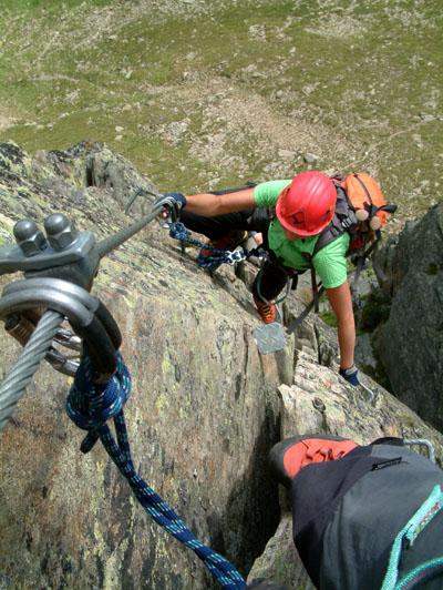 Mászás és biztosítás a Fernau klettersteigen (D)