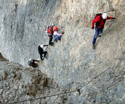 Biztosított mászás a Tofana di Mezzo oldalában